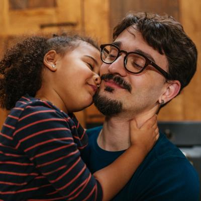 dad-daughter-kiss